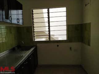 Un baño con una bañera y una ventana en No aplica