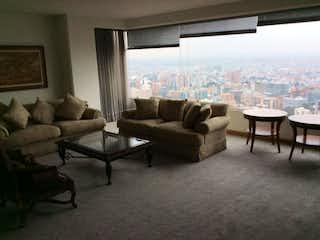Una sala de estar llena de muebles y una gran ventana en Edificio Altos Del Retiro