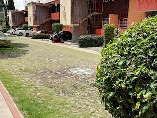 Una calle de la ciudad llena de muchas plantas en Excelente casa en Condominio en la Nápoles