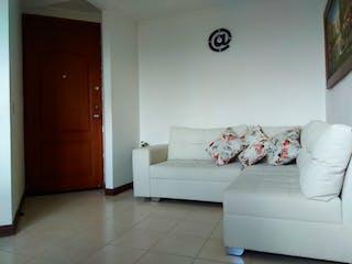 Una sala de estar llena de muebles y un sofá blanco en Apartamento en venta en Calasanz de 2 alcobas