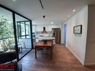 Una sala de estar llena de muebles y una mesa en Parma