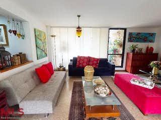 Una sala de estar llena de muebles y una chimenea en Uno Sur