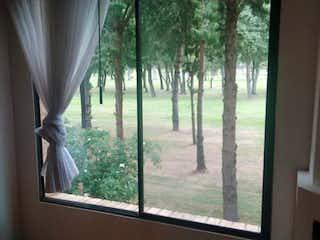 Una ventana que tiene una vista del bosque en Apartamento en venta en Niza Norte de 2 alcobas