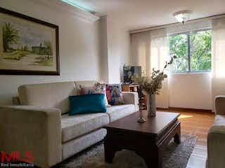 Una sala de estar llena de muebles y una gran ventana en El Dorado