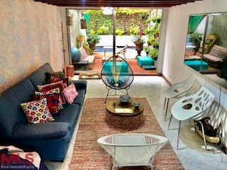 Una sala de estar llena de muebles y una gran ventana en Claraval