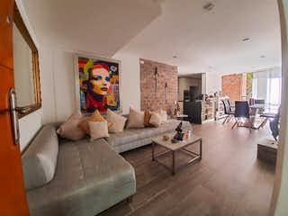 Una sala de estar llena de muebles y una gran ventana en Apartamento para la venta en el Poblado sector Castropol