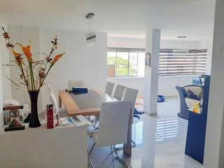Una sala de estar llena de muebles y una televisión de pantalla plana en Apartamento para la venta en el Poblado sector Castropol