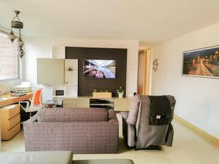 Una sala de estar llena de muebles y una televisión de pantalla plana en Apartamento para la venta en el Poblado por Sta Maria de los Angeles