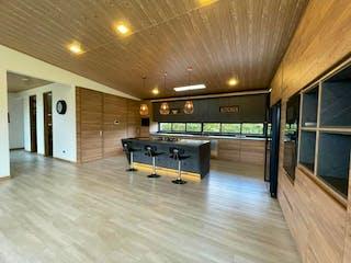 Una habitación llena de muebles y un suelo de madera en Venta Espectacular Casa un solo nivel  Milla de Oro de Llano Grande.