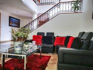 Una sala de estar llena de muebles y una chimenea en Casa para la venta en el Poblado sector loma los Gonzalez