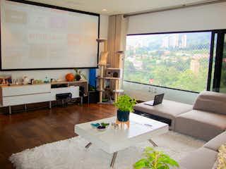 Una sala de estar llena de muebles y una gran ventana en Apartamento para la venta en el Poblado cerca del Campestre