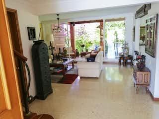 Una sala de estar llena de muebles y una ventana en Casa para la venta en Envigado en unidad, loma del Chocho
