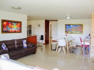 Una sala de estar llena de muebles y una televisión de pantalla plana en Apartamento a la venta en las Brujas excelentes acabados modernos.