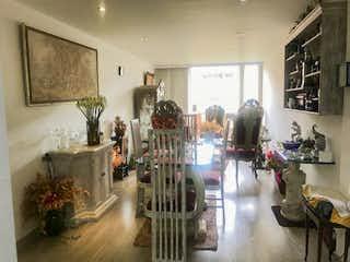 Una sala de estar llena de muchos muebles en Apartamento remodelado en venta Nicolas de Federmán comercial, Bogotá