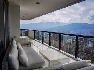 Una sala de estar llena de muebles y una gran ventana en Penthouse Duplex a la Venta en excelente ubicación en el Poblado