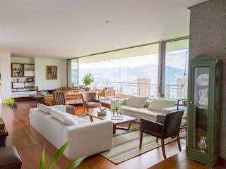 Una sala de estar llena de muebles y una ventana en Espectacular Piso en Venta en Unidad de las más exclusivas del Poblado