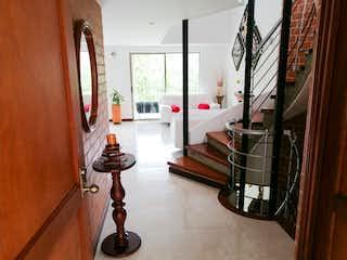 Una vista de una sala de estar y comedor en Casa para la venta en Envigado en la loma del Chocho