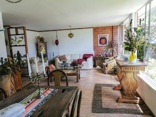Una sala de estar llena de muebles y una chimenea en Casa en venta Envigado, Sebastiana, ideal para remodelar. Zona verde.