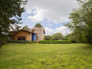 Una foto de una casa en la hierba en Casa Campestre con espectacular lote con Laguna Sector la Aquarela