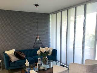 Una sala de estar llena de muebles y una ventana en Hermoso y remodelado apartamento en el Esmeraldal