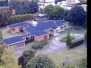 Un pequeño avión está estacionado en el lado de la carretera en Hermosa casa de 1 nivel para la venta en Guaymaral