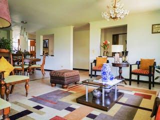 Una sala de estar llena de muebles y una mesa en Amplio apartamento especial para remodelar en el Poblado