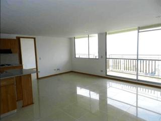 Una cocina con una ventana, un lavabo y una ventana en Apartamento Sabaneta cerca al parque