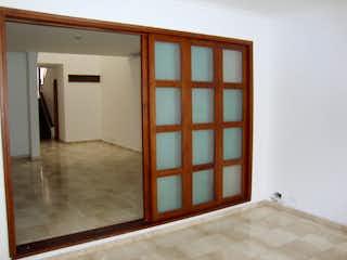 Una cama sentada en una habitación junto a una ventana en Amplia casa para la venta en el Poblado cerca de las Palmas