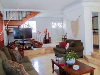 Una sala de estar llena de muebles y una televisión de pantalla plana en Casa para la venta en el Poblado cerca del Tesoro
