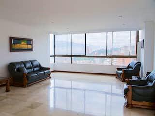 Una sala de estar llena de muebles y una televisión de pantalla plana en Apartamento en venta en Los Cedros.