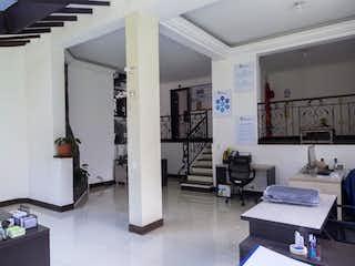 Una sala de estar llena de muebles y una ventana en Casa para la venta en el Poblado sector el Tesoro