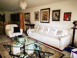 Una sala de estar llena de muebles y una pintura en Apartamento para la venta con excelente ubicación en el Poblado