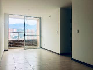Un cuarto de baño con ducha y una ventana en Apartamento para la venta Sabaneta Calle Larga