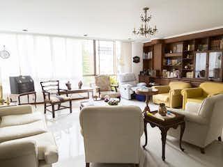 Una sala de estar llena de muebles y una mesa en Venta apartamento Medellin, Poblado, San Lucas