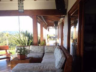 Una sala de estar llena de muebles y una lámpara en Casa en Venta en Envigado, Alto de las Palmas