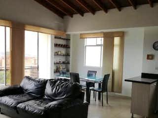 Una sala de estar llena de muebles y una chimenea en Amplio apartamento Envigado, Zúñiga