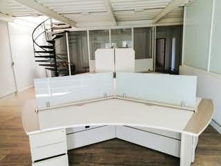 Una habitación blanca con una gran cama blanca en Casa a la venta remodelada y adecuada para oficinas en Simón Bolivar