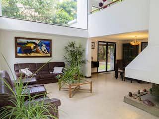 Una sala de estar llena de muebles y una televisión de pantalla plana en Casa con piscina para la venta en todo el corazón del Campestre