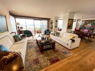 Una sala de estar llena de muebles y una televisión de pantalla plana en Apartamento en venta en Bosque Medina