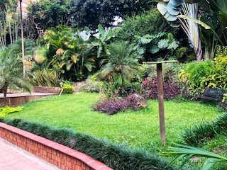 Un jardín con un montón de plantas y flores en Casa independiente para la Venta en Las Lomas