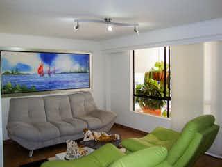 Una sala de estar llena de muebles y una gran ventana en CASA PARA LA VENTA EN LA LOMA DE LAS BRUJAS, ENVIGADO