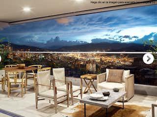 Una sala de estar llena de muebles y un reloj en Hermoso apartamento Sector Bosques.