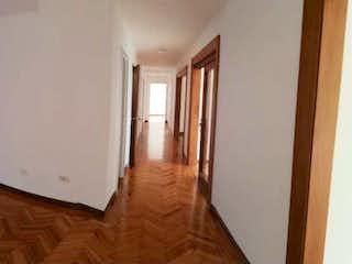 Una vista de una sala de estar con un suelo de madera en Apartamento para la venta en el Poblado por los Parra