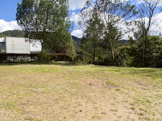 Una vista de un campo con una casa en el fondo en En venta Lote en Parcelación en El Escobero