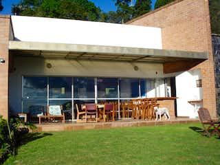Un gran edificio con un montón de ventanas en Casa en Venta en Envigado, Variantes las Palmas