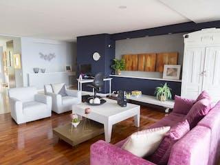 Una sala de estar llena de muebles y una televisión de pantalla plana en Bajo de Precio! Venta Apartamento la Calera piso alto INCREIBLE VISTA