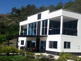 Una foto de una casa al lado de la carretera en Hermosa Casa en Parcelacion en San Jeronimo