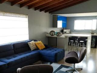 Una sala de estar llena de muebles y una ventana en Apartamento dúplex en Las Brujas Envigado