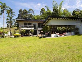 Un patio trasero con una casa y una casa en Casa en el sector de Envigado