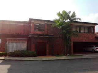 Un edificio de ladrillo con un hidrante de fuego rojo en Hermosa Casa en El Poblado, Cola del Zorro